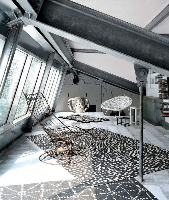 Место для отдыха в комнате с железными балками