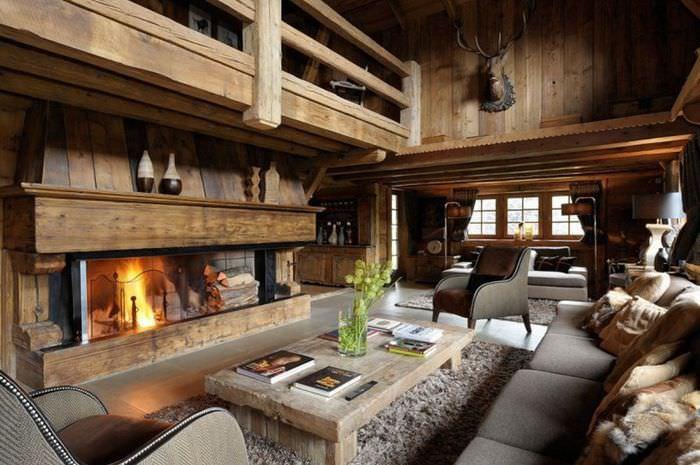 Интерьер большой гостиной загородного дома в стиле шале