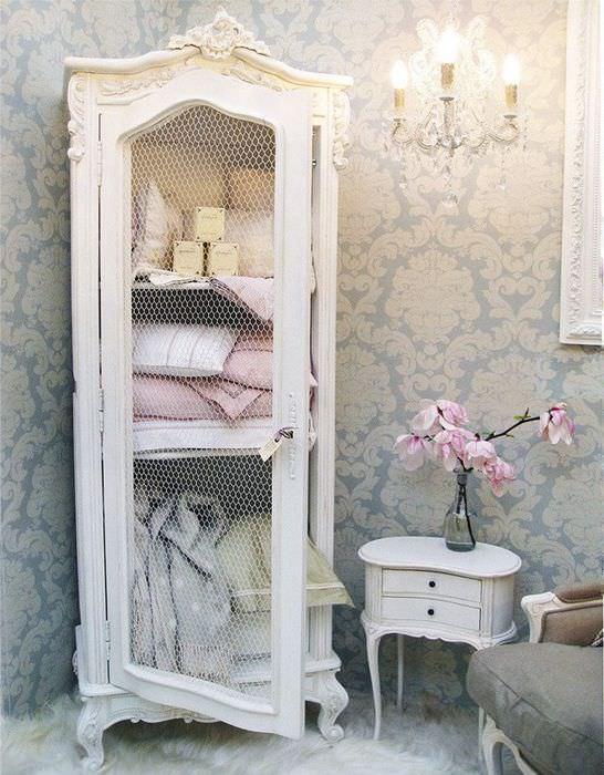 Винтажный шкаф для белья в спальной комнате