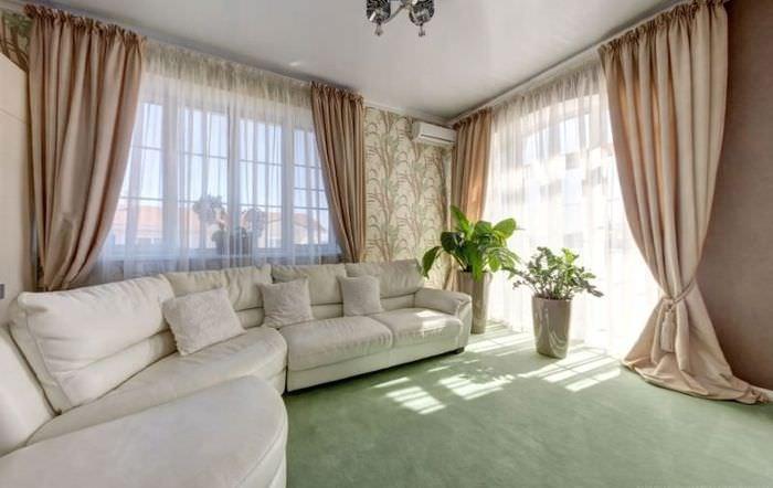 Бежевые занавески в гостиной с угловым диваном