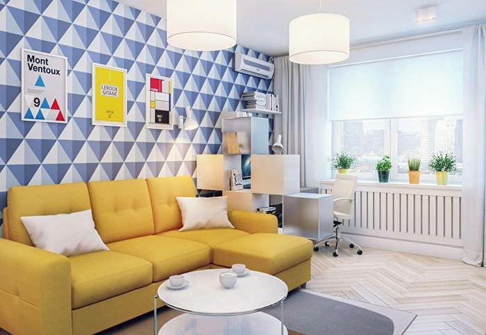 Обои с геометрическим рисунком синего тона на стене в гостиной