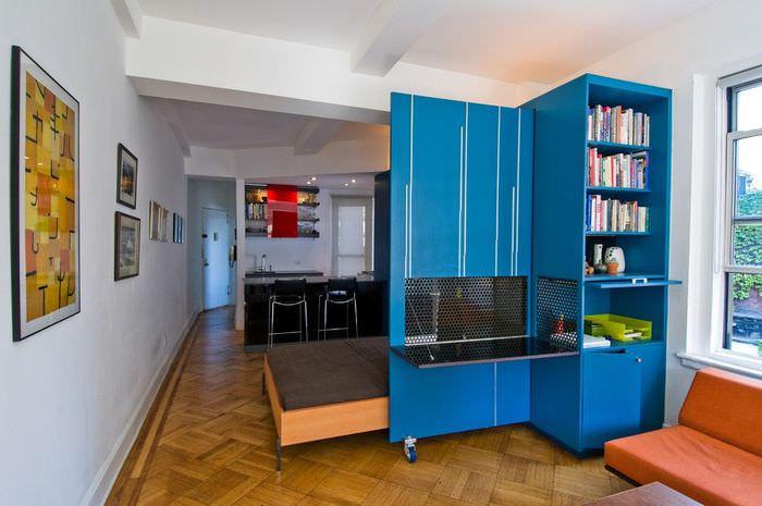 Синий шкаф в интерьере белой комнаты