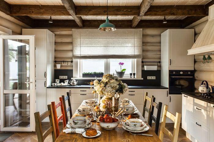 Современная кухня в бревенчатом доме