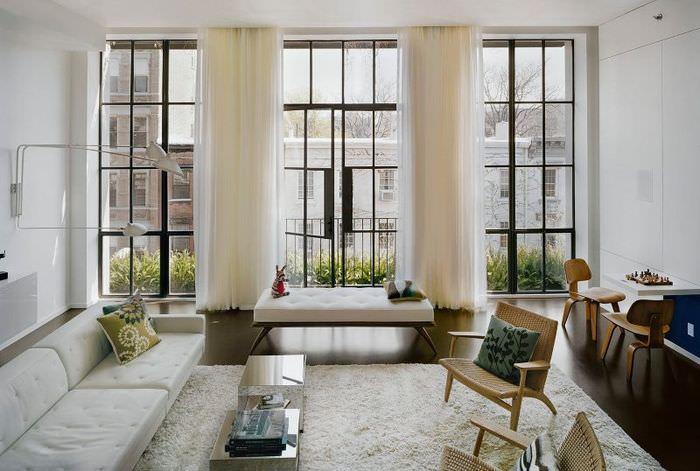 интерьер гостиной с тремя узкими окнами
