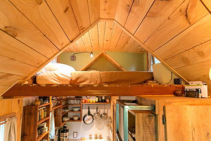 Организация спального места в небольшом летнем домике