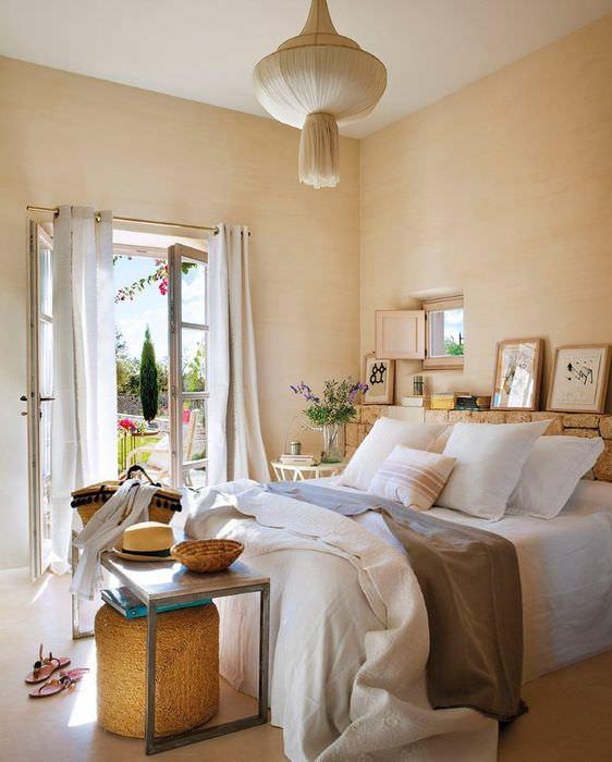 Интерьер спальни частного дома в стиле кантри