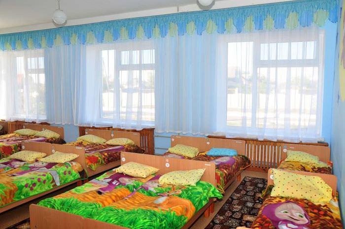 Кровати в спальной комнате детского сада