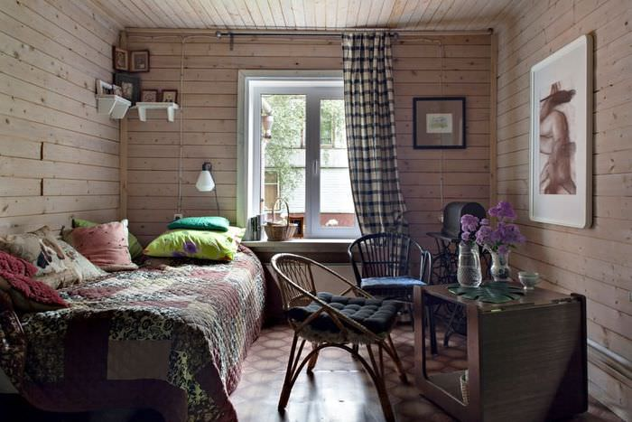 Интерьер комнаты в домике с деревянными стенами