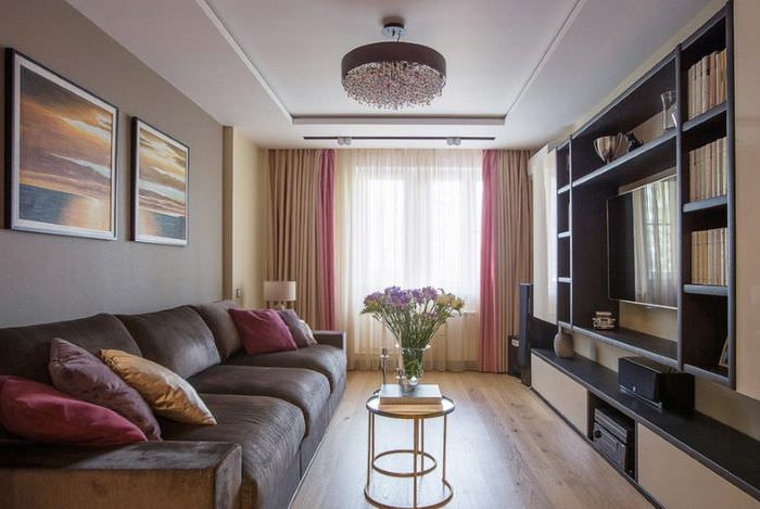 Удобные мягкие диваны в главном зале частного дома