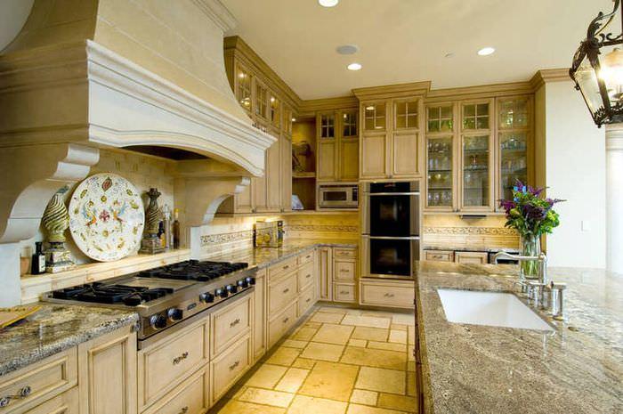 Кухня из дерева в итальянском стиле