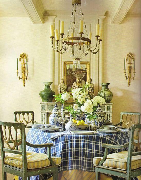 Обеденный стол перед камином в гостиной