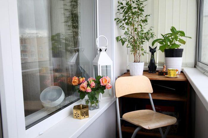 Стул на застекленном балконе однокомнатной квартиры