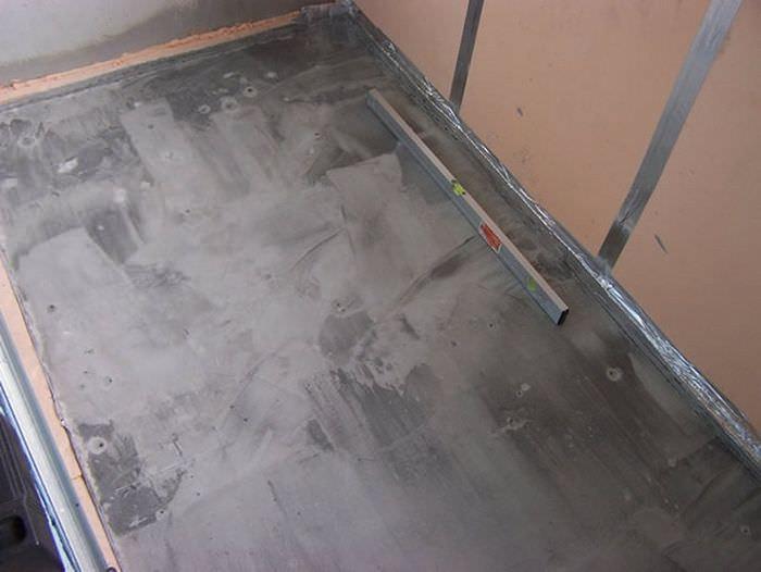 Цементная стяжка на полу застекленного балкона