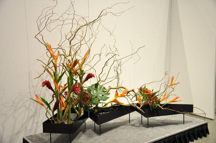 Композиция из искусственных цветов в японском стиле