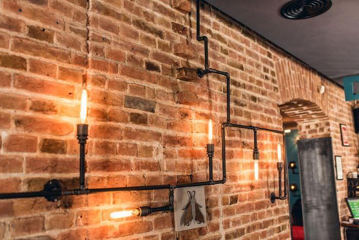 Светильники в стиле средневековья на кирпичной стене