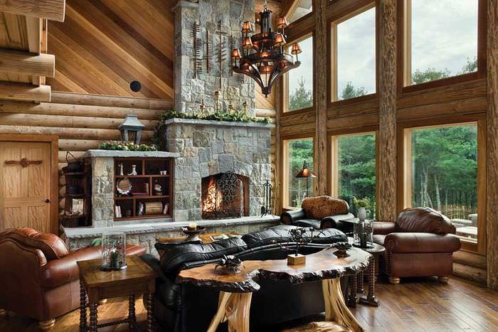 Кожаная мебель в гостиной с большими окнами