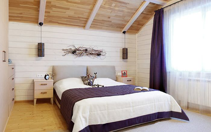 Интерьер белой спальни с темно-фиолетовыми занавесками