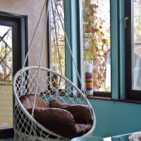 Плетенное кресло на подвеске с мягкой подушкой