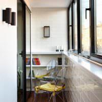 Стулья из пластика в интерьере узкого балкона