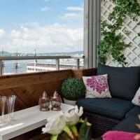 Уютное место для отдыха на открытом балконе