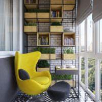 Желтое кресло на мозаичном полу