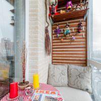 Журнал с мебельным каталогом на небольшом столике