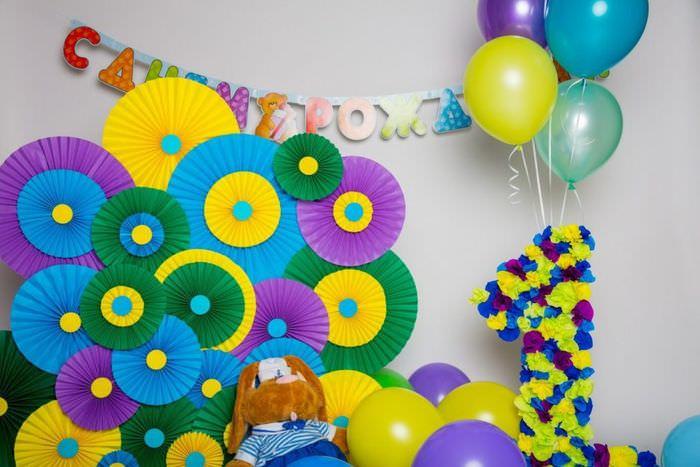 Разноцветные вееры на стене детской комнаты