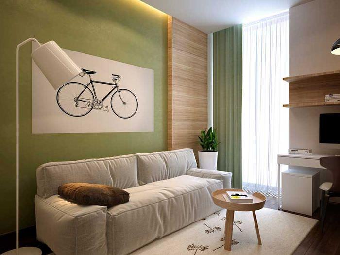 Картина с велосипедом на зеленой стене гостиной