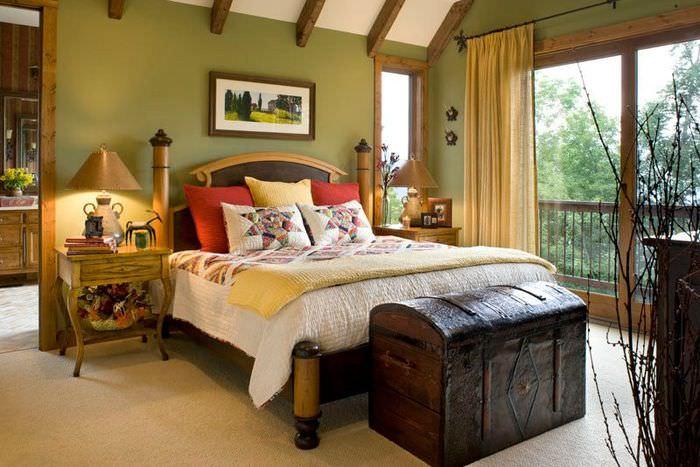 Старый сундук в спальне деревенского стиля
