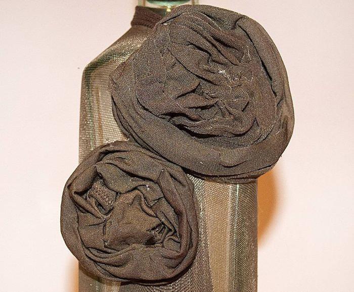Две розочки из старых колготок на бутылке