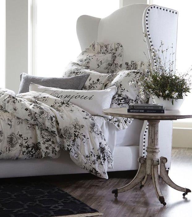 Белая кровать с высоким изголовьем