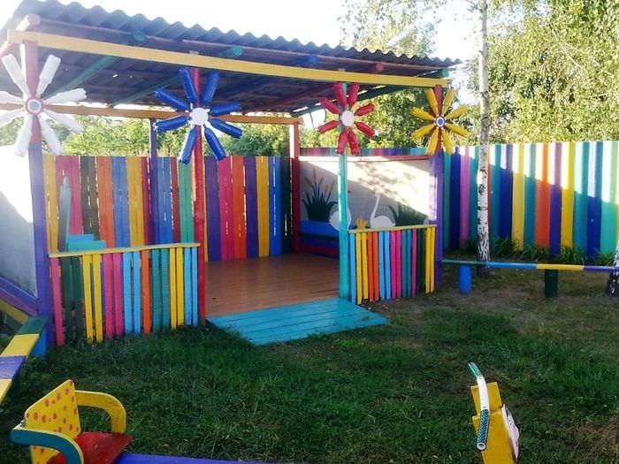 Яркая беседка в детском садике