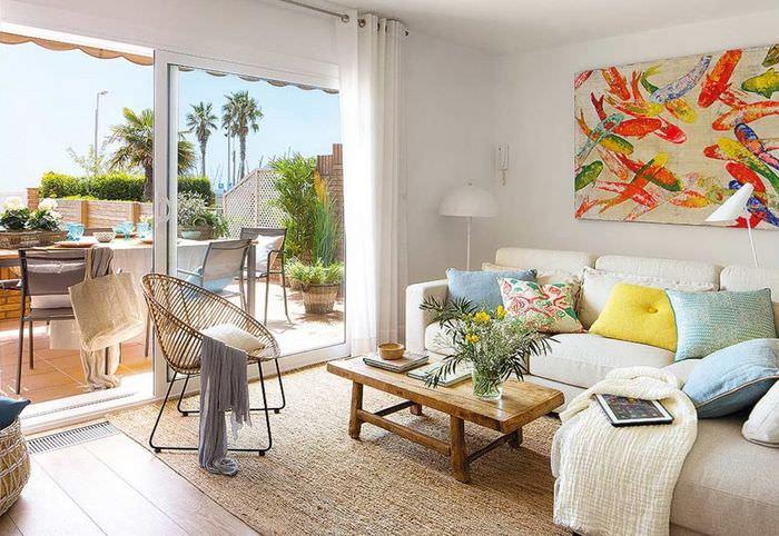 Панорамное окно в гостиной испанского стиля