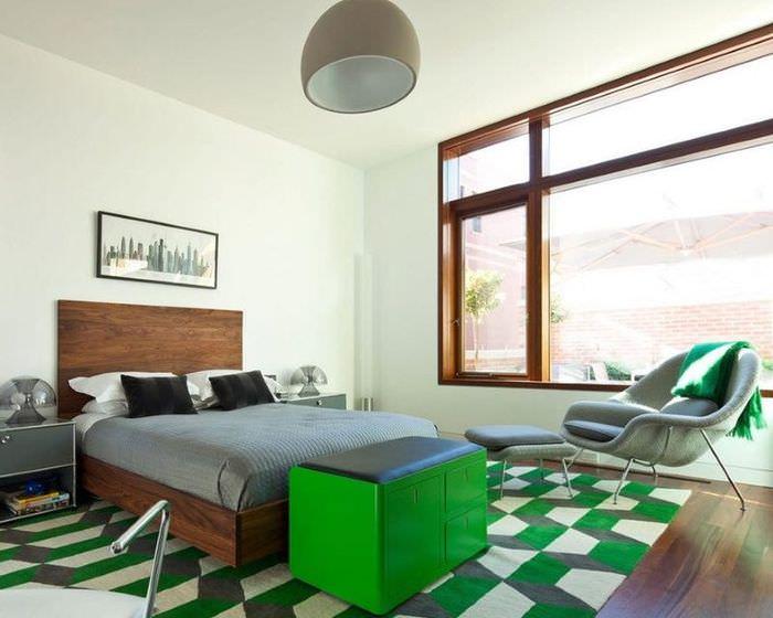 Интерьер светлой спальни с зелеными акцентами