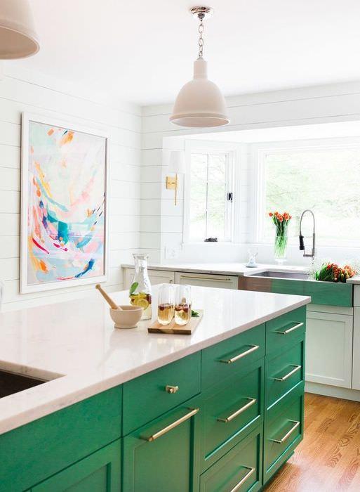Кухонный остров с зелеными выдвижными ящиками