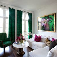 Изумрудные шторы в белой гостиной