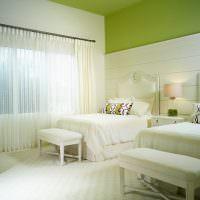 Белые кровати в детской комнате