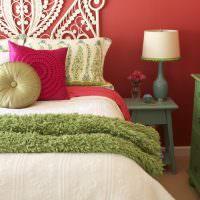 Красная стена в интерьере спальни