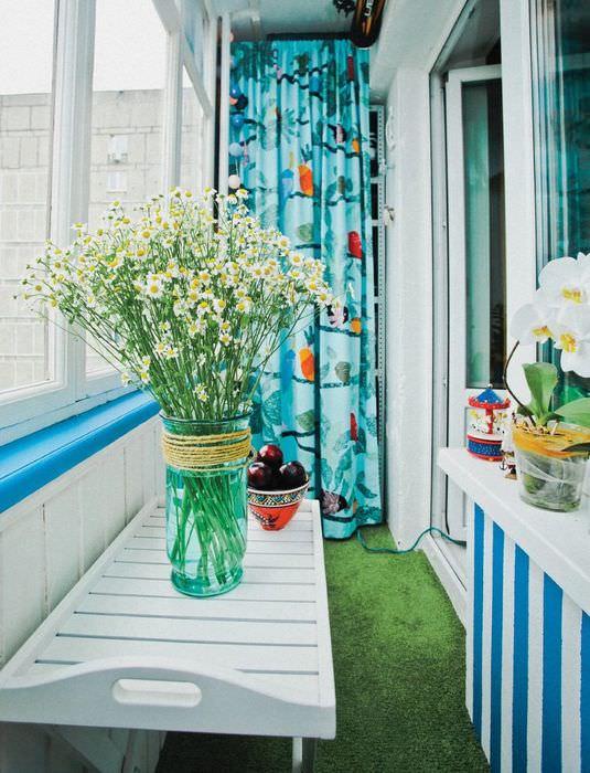 Полевые ромашки на балконе городской квартиры