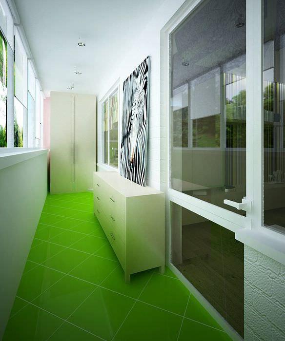 Керамический пол зеленого цвета в интерьере балкона