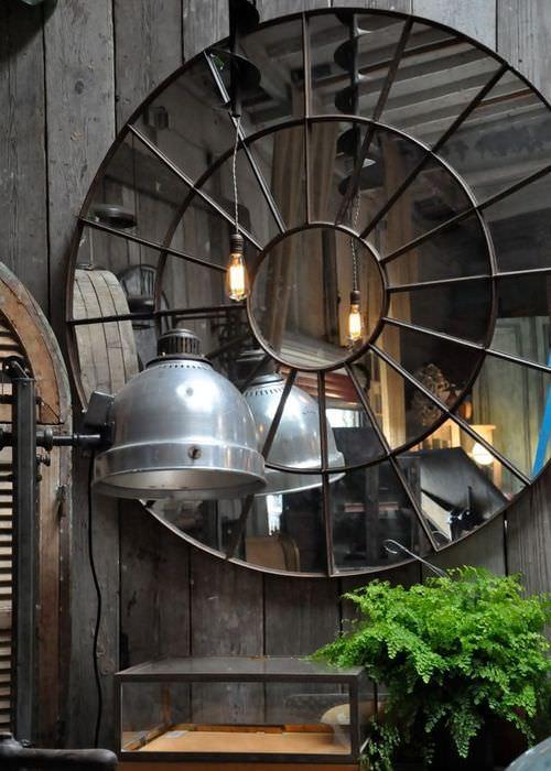 Декорация из зеркал на деревянной стене