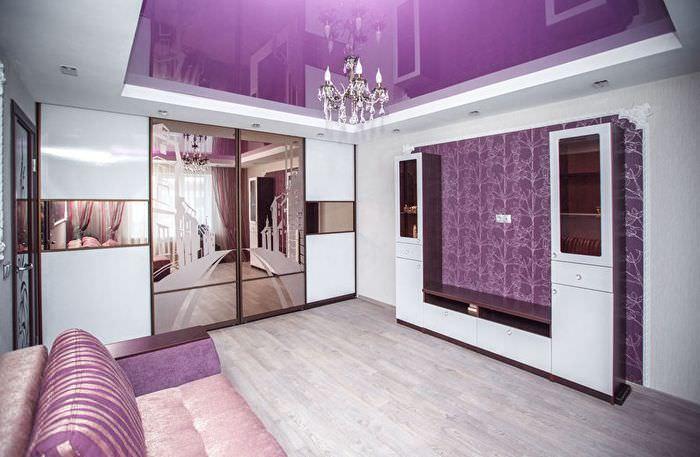 Натяжной потолок с глянцевой поверхностью фиолетового цвета
