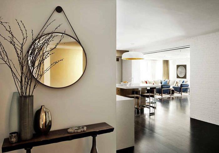 Круглое зеркало на подвеске в интерьере прихожей