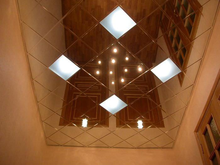 Зеркальный потолок в интерьере небольшой прихожей