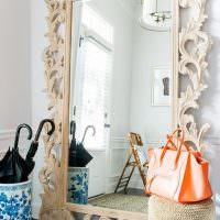 Зеркало в деревянной раме с резными узорами