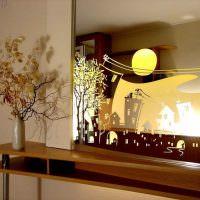 Зеркало-картина на деревянном столике