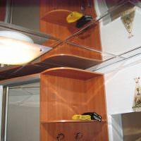 Зеркальная плитка на потолке коридора