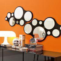 Круглые зеркала в нестандартной черной рамке