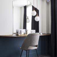 Оригинальное оформление ниши в стене с помощью зеркала
