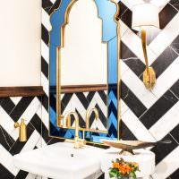 Зеркало в стеклянной оправе на стене ванной комнаты